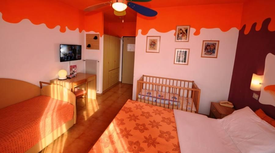 stanza tripla con lettino baby