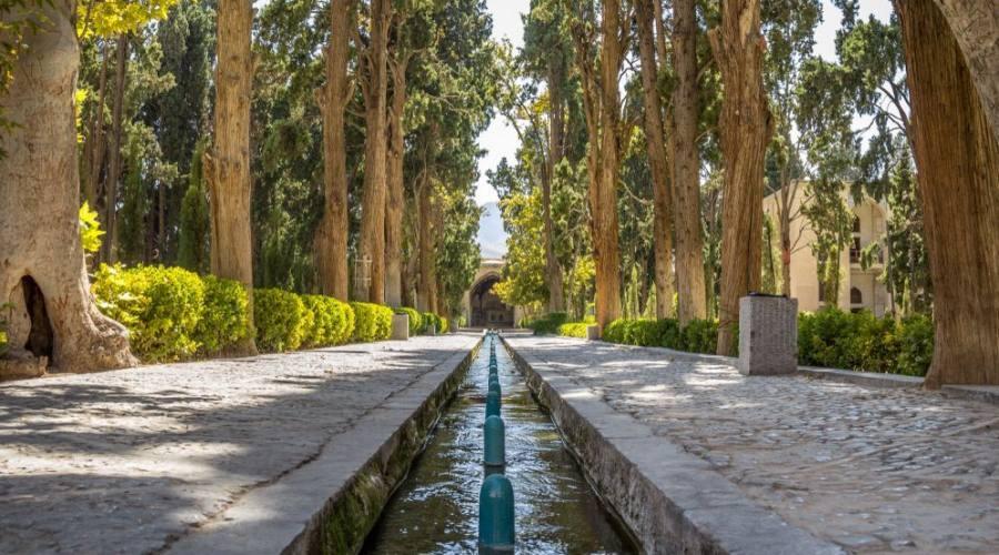 Vicolo principale del Kashan Fin Garden, noto anche come parco Bagh e Fin. È un punto di riferimento turistico di Kashan, in Iran, e un simbolo dell'impero persiano