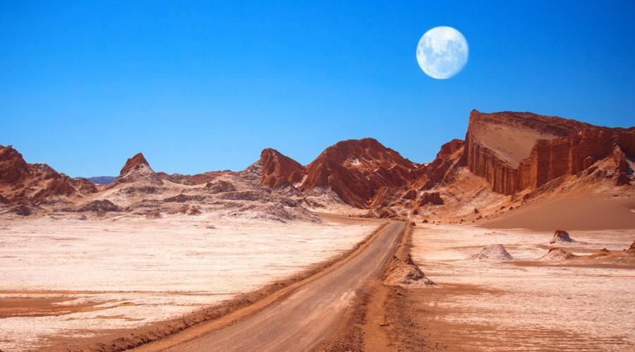 La luna sul deserto