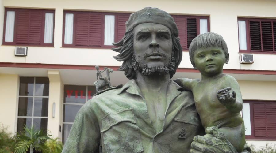 Santa Clara, statua del Che con il Bambino
