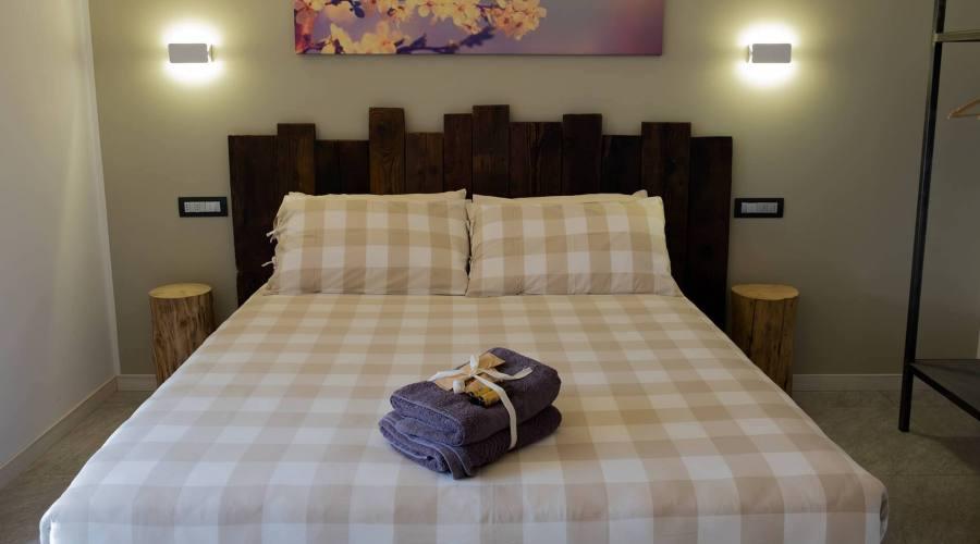 Camera doppia con letto rustico