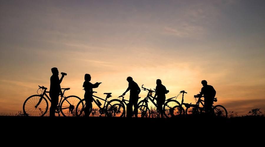 gruppo in bici al tramonto