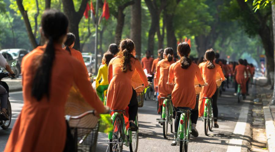 ragazze vietnamite in bici ad Hanoi