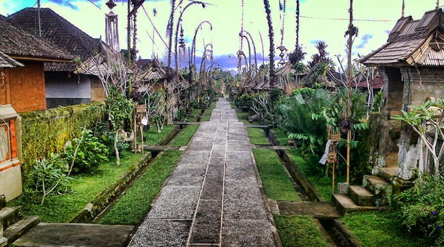 Lapidi votive in un sacrario a Bali