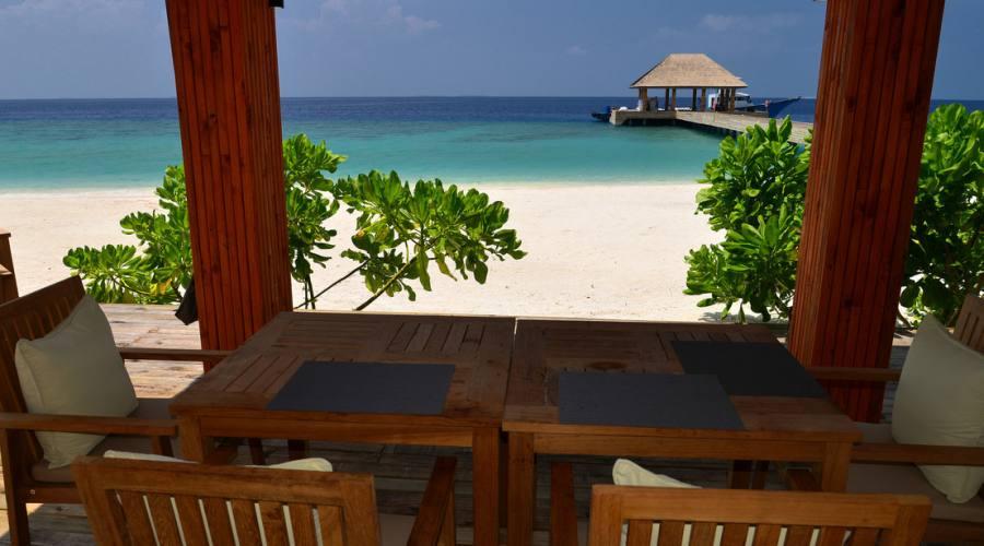 Sorseggiare un drink vista oceano