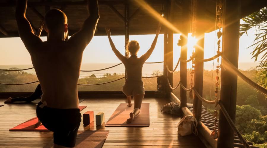 Sessione di yoga nella foresta, guardando il Pacifico