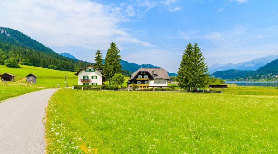 Villaggio sulle rive del lago in Austria