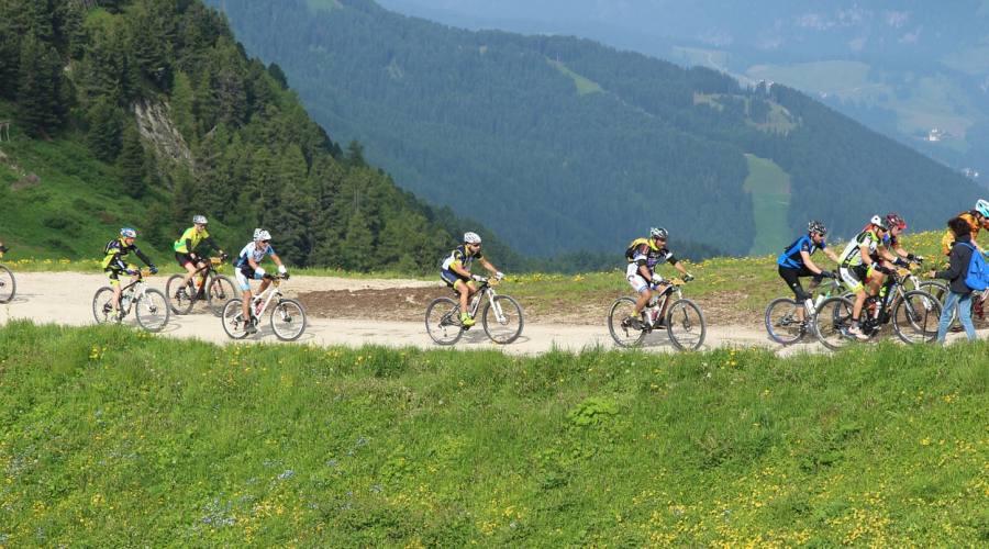 in bici sule strade di montagna