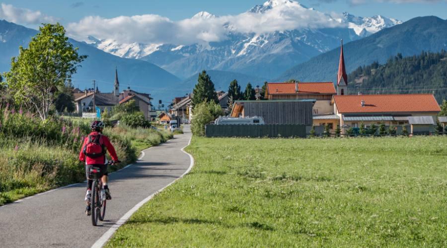 in bici su strade di montagna