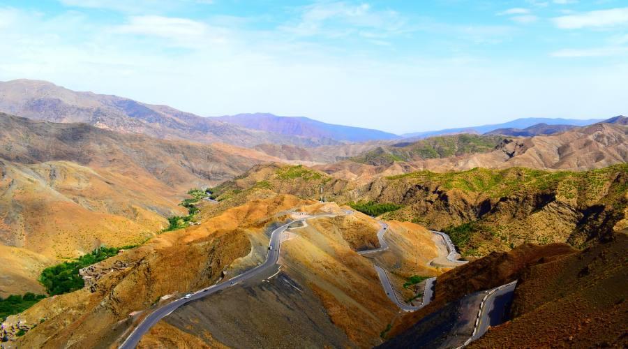 Strada tra le montagne del Marocco