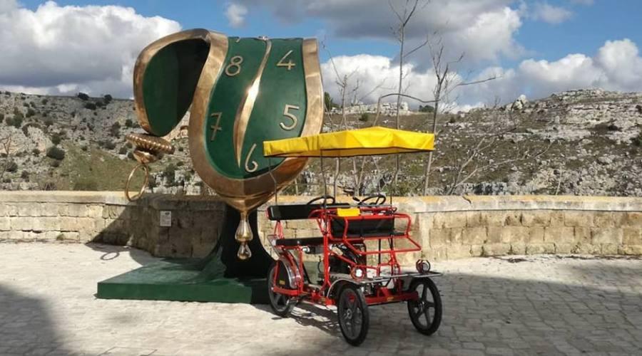 Bike nei Sassi con scultura di Dalì