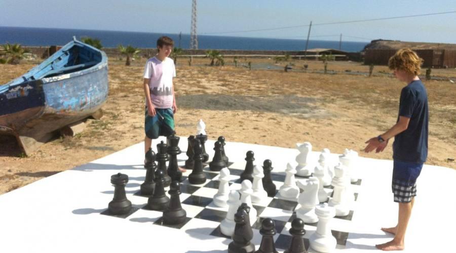 scacchi giganti in spiaggia