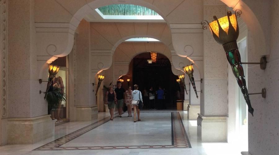 L'interno dell'hotel: troverai ristoranti e negozi