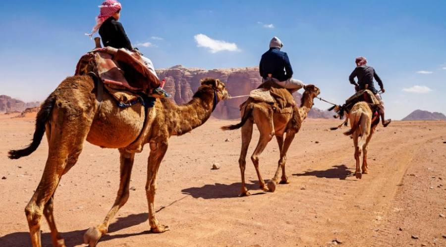 una famiglia nel deserto di Wadi Rum