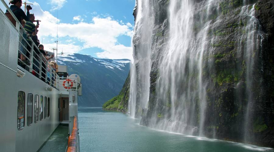 Cascata sul fiordo