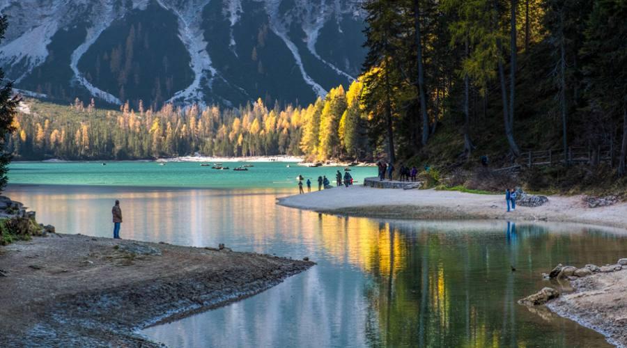 Persone in riva al Lago