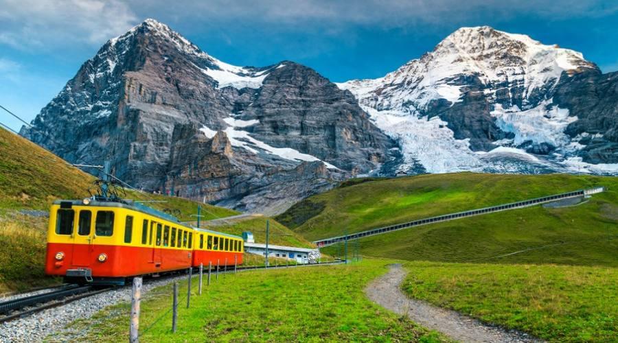 Paesaggio in treno vicino alla stazione Kleine Scheidegg, Switzerland