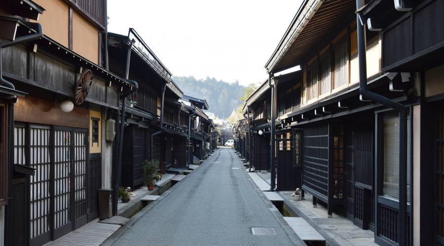 A passeggio in una via di Takayama