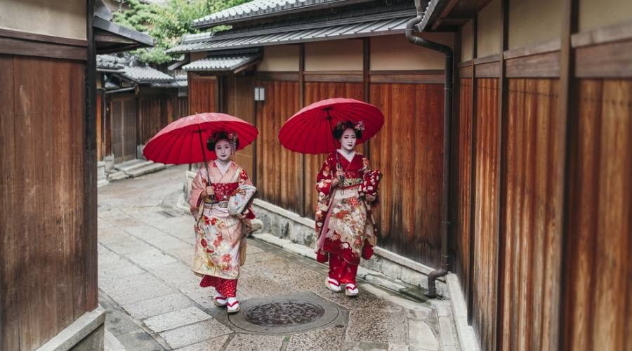 Maiko a passeggio nel quartiere di Gion a Kyoto
