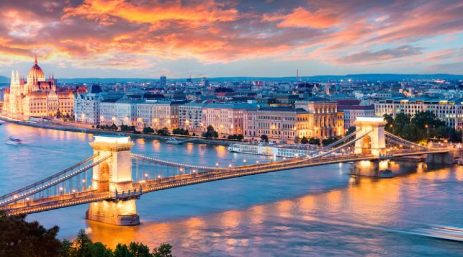 Veduta serale de l parlamento e del ponte delle catene a Budapest