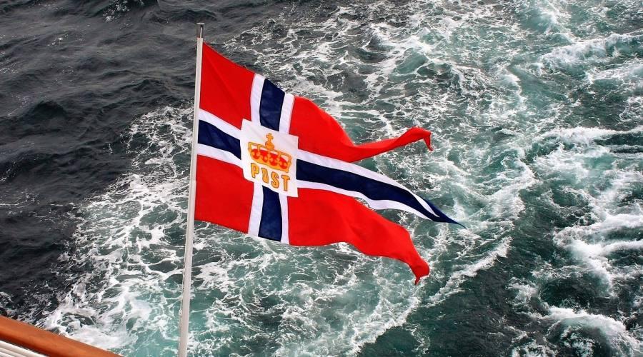Bandiera norvegese sul traghetto postale