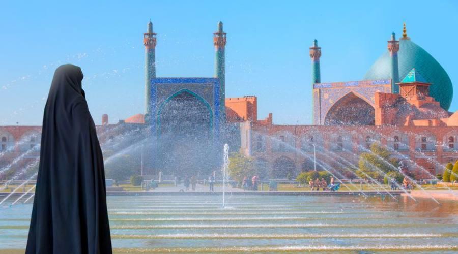 Donna iraniana che indossa abaya in piedi a bordo piscina - Moschea Shah (Imam) (Moschea Jameh Abbasi), Moschea Imam in Piazza Naghsh-i Jahan - Isfahan, Iran,