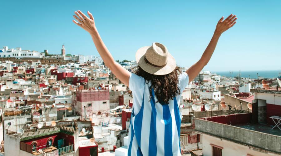 Turista che osserva la città di Tangeri