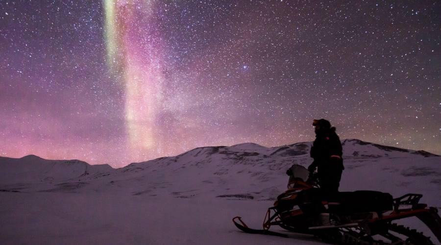 Motoslitta e aurora boreale