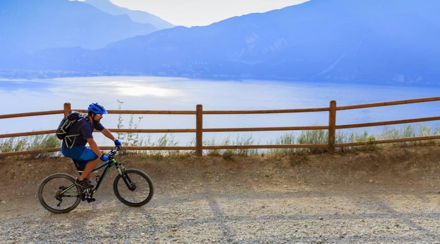 In bici al tramonto