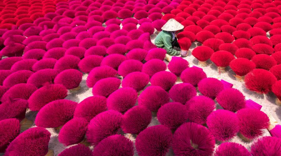 Una lavoratrice fa esseicare i bastonicini di incenso