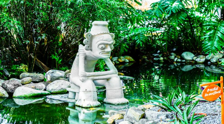 Giardino con statua indigena a Punta Cana