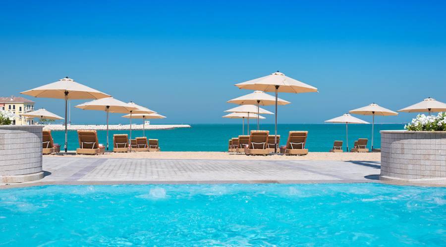L'hotel e la piscina