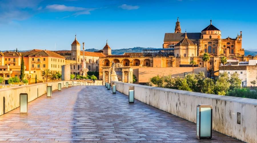 Cordoba, Spagna, Andalusia. Ponte romano sul fiume Guadalquivir e la Grande Moschea