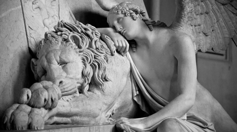 Particolare di una scultura funebre di Canova