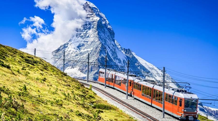 La Gornergratbahn - ferrovia a cremagliera a scartamento che porta da Zermatt (1604 m) a Gornergrat (3089 m)
