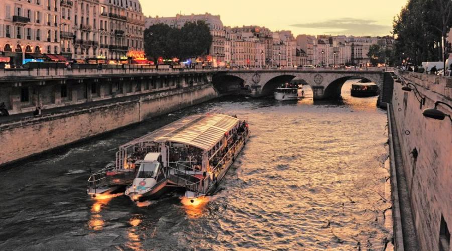 La Senna a Parigi e il bateau mouche