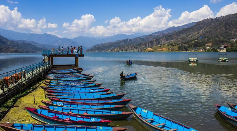 Panorama su un lago himalayano