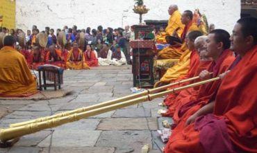 Il Cham buddhista di Thimphu per acquisire i meriti con i mantra e la meditazione