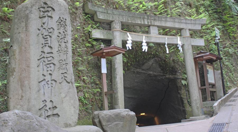 L'ingresso del Tempio Zeniarai Benzaiten Ugafuku a Kamakura