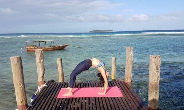 Yoga e massaggi sulla bianca spiaggia dell'isola delle spezie
