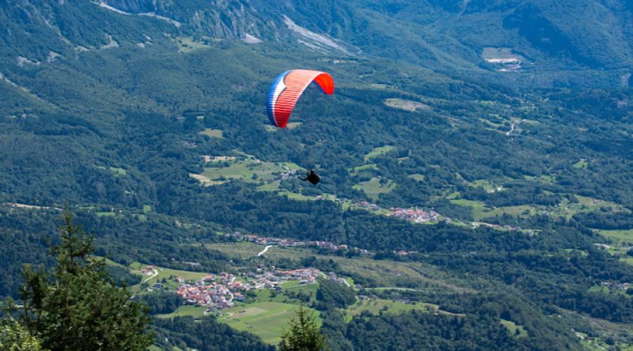Volo estivo sulle Dolomiti