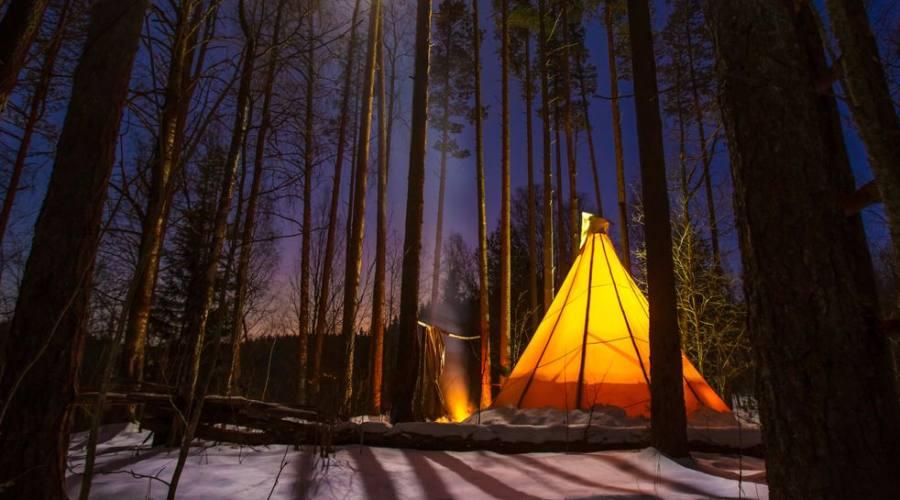 tepee nella foresta di notte