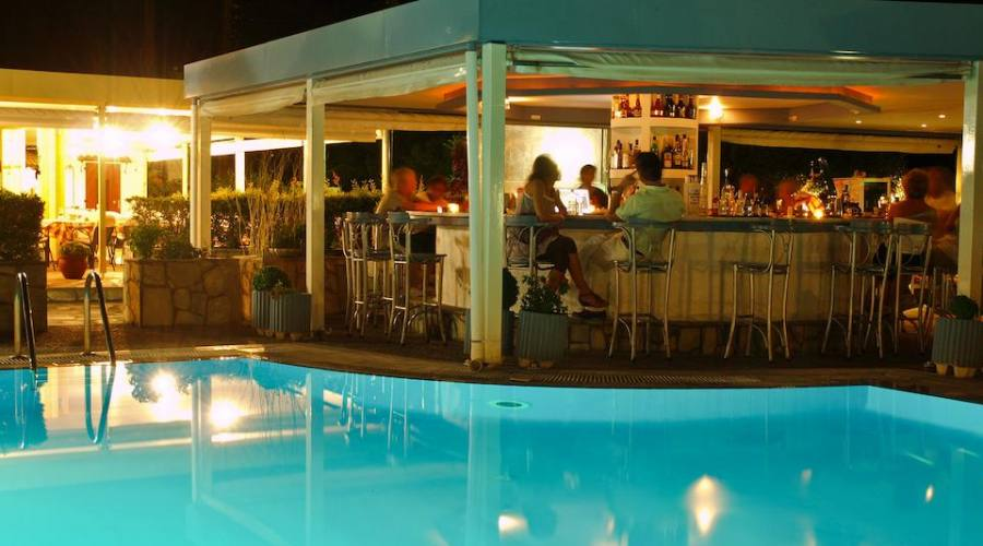 piscina di notte