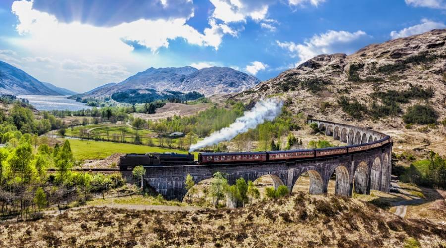 Viadotto ferroviario di Glenfinnan in Scozia con il treno a vapore Jacobite
