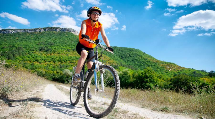 In bici su sentiero di montagna
