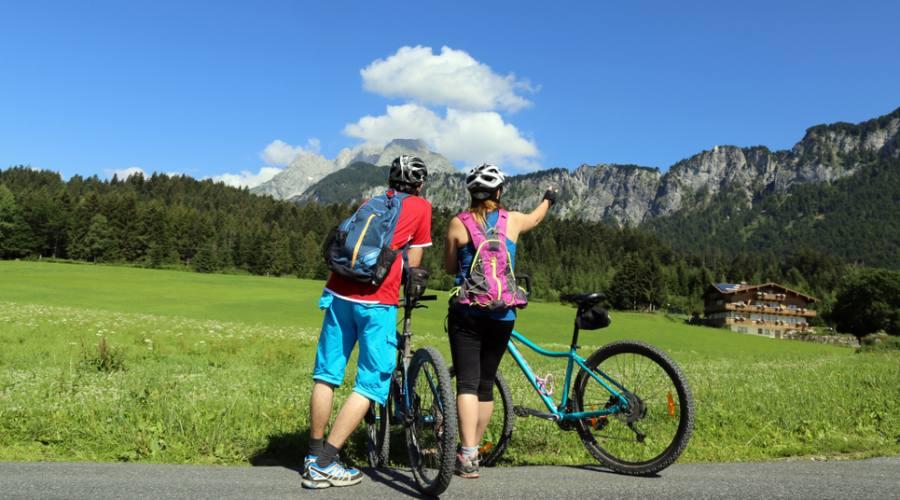 Ciclisti ammirano il paesaggio