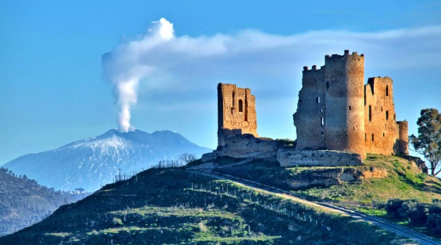 Vista pittoresca del castello medievale di Mazzarino con l'Etna sullo sfondo