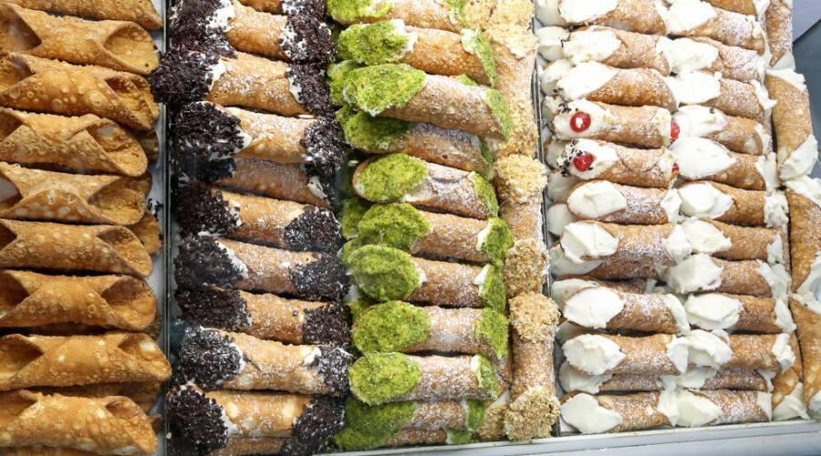 Cannoli tipici siciliani ripieni di ricotta e altri ingredienti