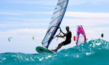 Windsurf nelle acque turchesi dell'Ogliastra