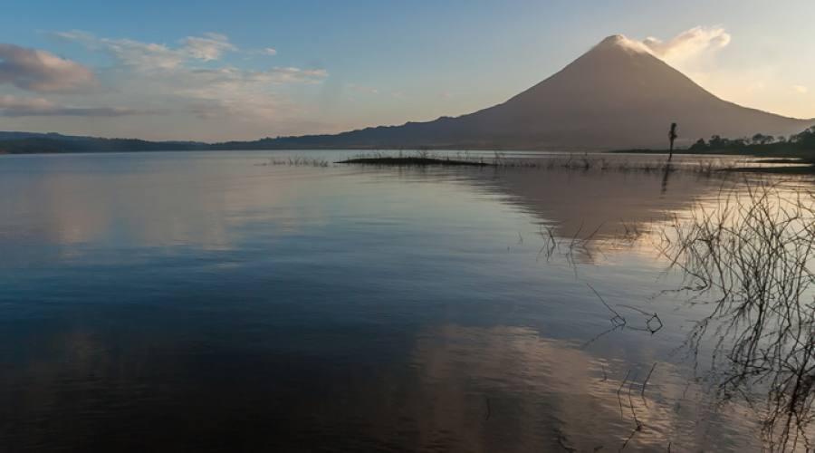 Il lago Arenal con il vulcano sulla sfondo